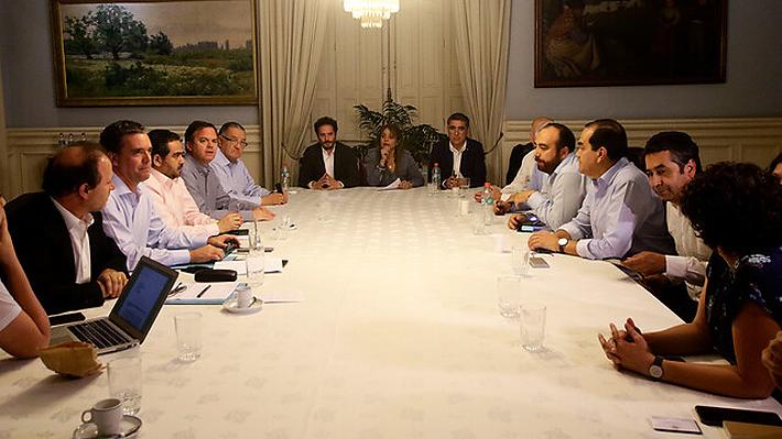 Parlamentarios siguen negociando a la espera de acuerdo para definir mecanismo para una nueva Constitución