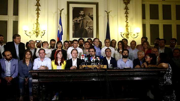 Tensión, negociaciones y abrazos: Así fue la jornada en que se logró el acuerdo histórico para crear una nueva Constitución