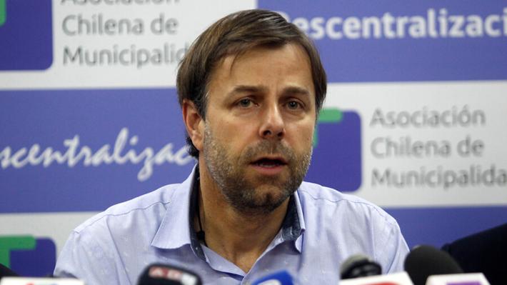 Alcaldes suspenden temporalmente consulta por nueva Constitución tras histórico acuerdo de fuerzas políticas