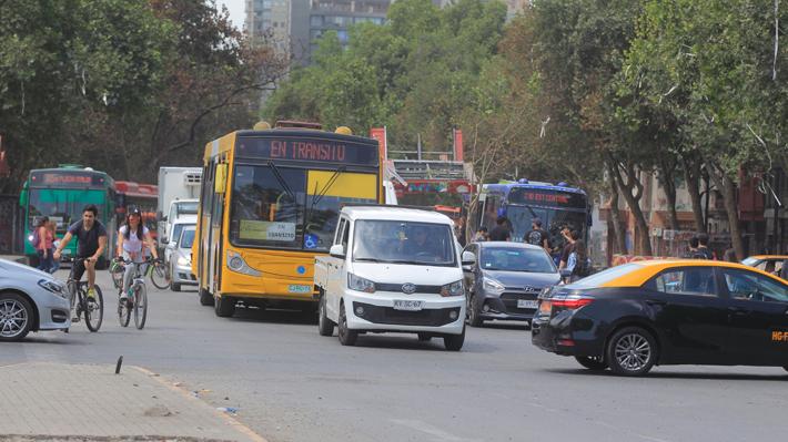 Normalización del flujo vehicular y ausencia de semáforos generan largos y tensos tacos en hora punta tarde