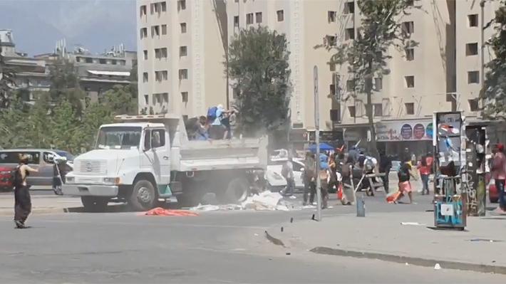 Ex subsecretario de Transportes graba video de camión descargando piedras en plena Plaza Italia