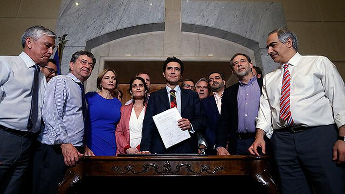 Rebaja del 50% en el transporte a adultos mayores y aumentos en pensiones: Gobierno y oposición logran nuevo acuerdo