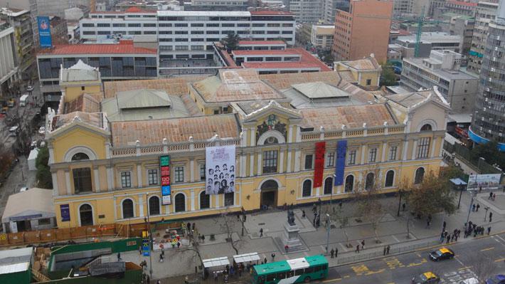 Desconocidos se toman la Casa Central de la U. de Chile y plantel condena el hecho
