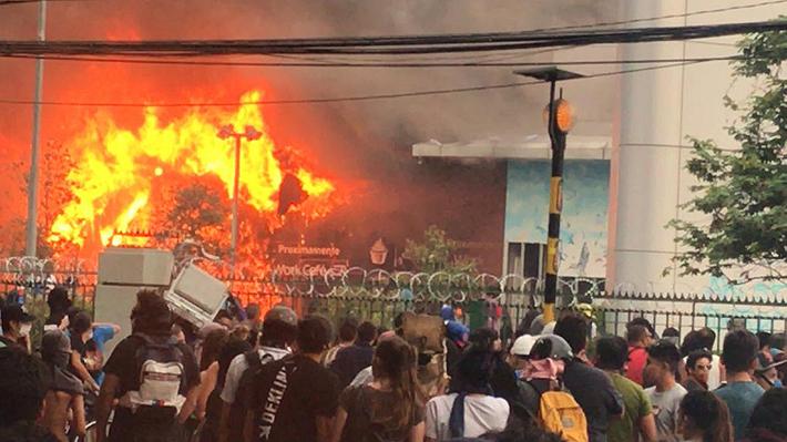 Manifestantes atacan e incendian centro comercial en Quilicura: Bomberos controló las llamas