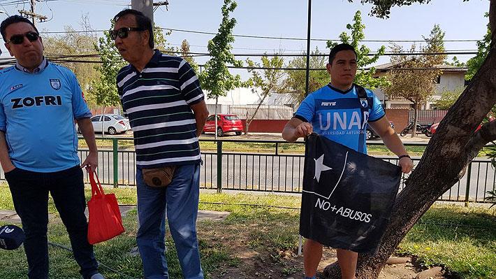 Un puñado de hinchas cortando el tránsito y otros reclamando por no poder entrar: Cómo se vivió la previa del regreso del fútbol chileno