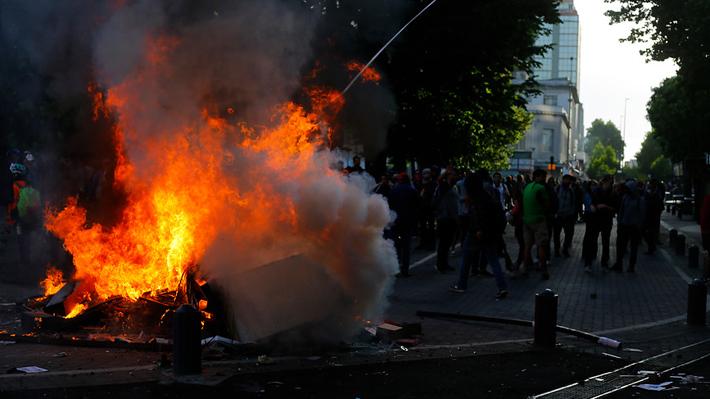 Hotel quemado, alambres de púas y agresivo saqueo: Los siete hechos que grafican la violenta jornada de ayer en el país