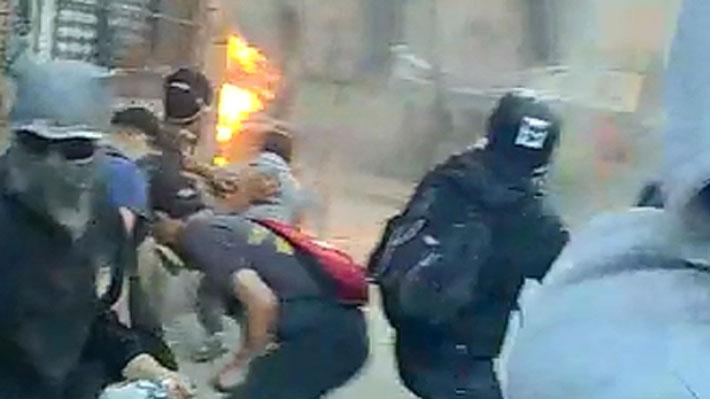 Formalizan a jóvenes grabados lanzando bombas molotov hacia policías y a la Plaza de Carabineros