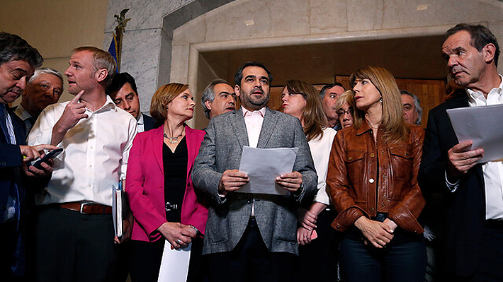 """Senadores de oposición y oficialistas firman declaración: """"El Presidente dispone de herramientas para restablecer el orden"""""""