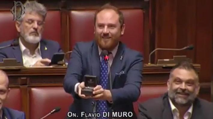 Video: Parlamentario italiano interrumpe discusión en el Congreso para pedirle matrimonio a su novia