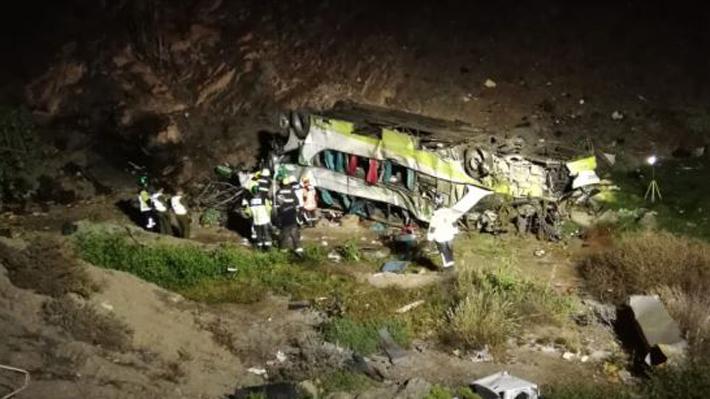 """Fiscalía informa que fallecidos por bus que desbarrancó en Taltal sube a 20 e investiga """"error humano o mecánico"""""""