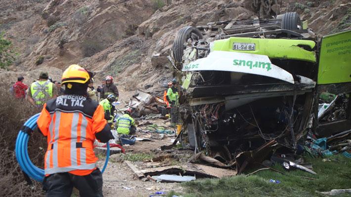 Fiscalía eleva a 21 el número de personas fallecidas al desbarrancarse bus en Taltal