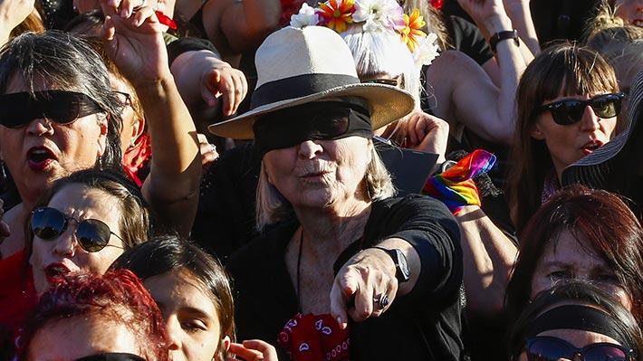 Galería I LasTesis Sénior: icónica intervención feminista congregó a mujeres mayores de 40 frente al Estadio Nacional