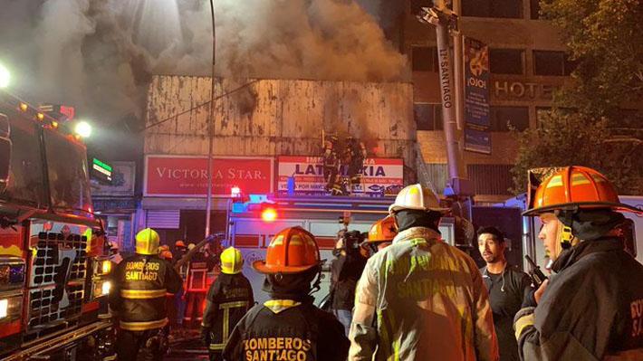 Incendio de gran magnitud afectó a locales comerciales en Santiago centro