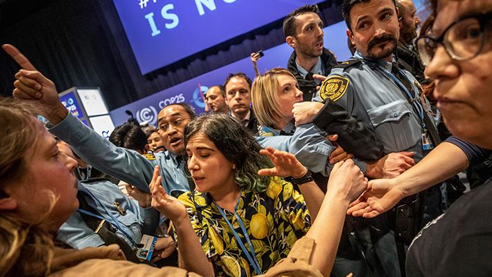 Protesta de activistas medioambientales obliga a la ONU a cerrar pabellón en la COP25