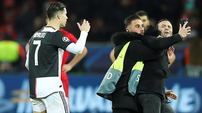 Video: Cristiano Ronaldo explotó luego de que un aficionado lo agarrase del cuello para tomarse una selfie