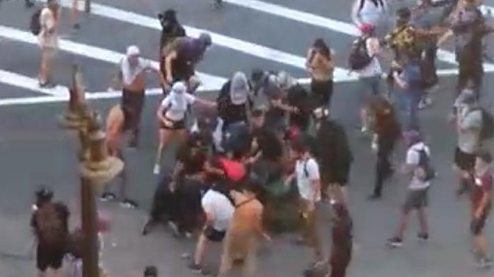"""Carabineros denuncia brutal agresión contra funcionario cerca de Plaza Italia: """"Lo intentaron asesinar"""""""