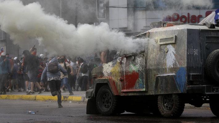 """Carabineros instruye sumario administrativo tras atropello a manifestante y califica hecho como un """"accidente de tránsito"""""""
