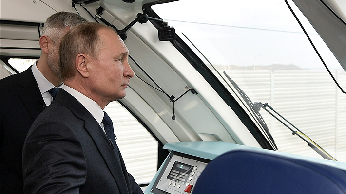 Putin inaugura polémico ferrocarril que conecta a Rusia continental con Crimea