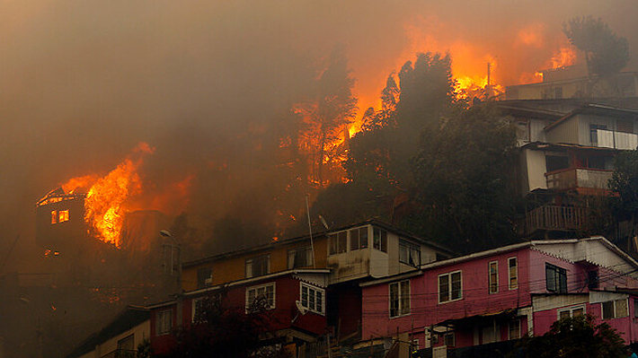 Las imágenes y videos del voraz incendio que tiene en riesgo a la zona alta de Valparaíso