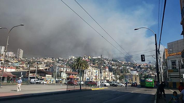 """Intendente de Valparaíso cifra en """"al menos 60"""" las casas afectadas por incendio forestal en cerro Rocuant"""