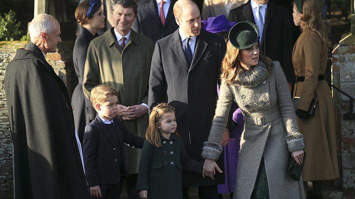 El príncipe George y su hermana Charlotte hacen su debut en tradicional desfile navideño junto a los duques de Cambridge