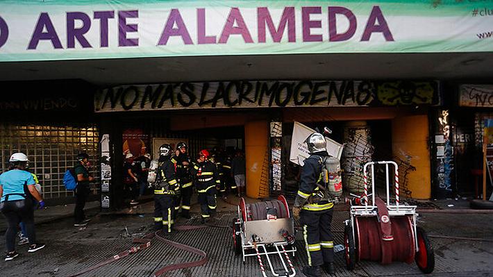 """Bomberos señala que Cine Arte Alameda fue destruido """"casi en su totalidad"""" por incendio"""