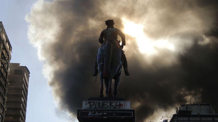 Una persona muerta y Centro Arte Alameda incendiado: Los incidentes que marcaron la marcha no autorizada ayer en la RM
