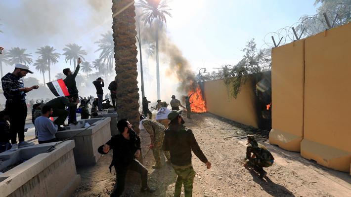Centenares de manifestantes irrumpen en la Embajada de EE.UU. en Bagdad en respuesta a los ataques estadounidenses