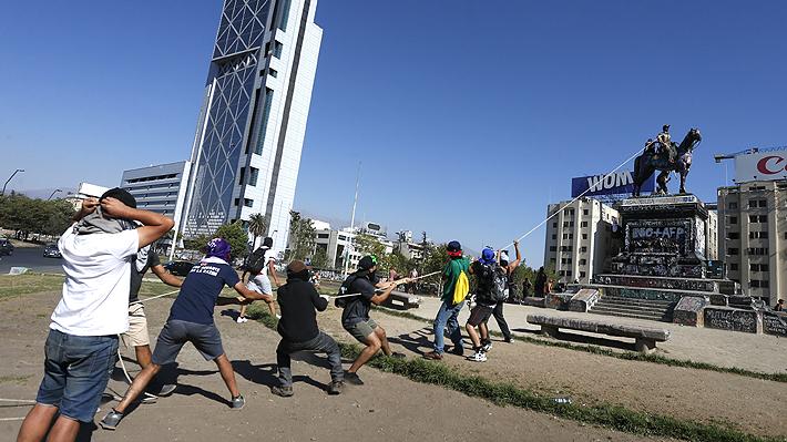 Manifestantes intentan derribar monumento de General Baquedano en Plaza Italia