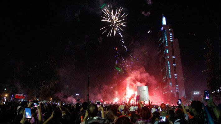 Miles de chilenos recibieron en un clima festivo el 2020 en Plaza Baquedano: al finalizar se registraron incidentes aislados