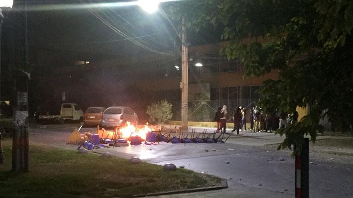 Carabineros frustra toma de liceo de La Cisterna que es sede PSU: Sujetos instalaron barricadas y generaron daños