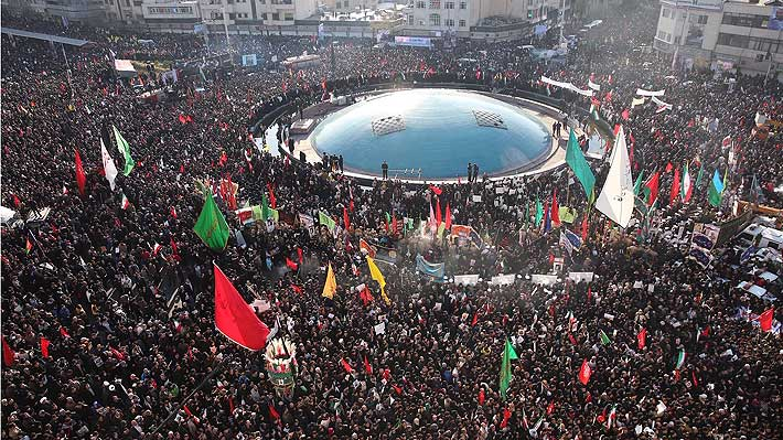 Miles de iraníes rinden tributo al general Soleimani durante su funeral en Teherán