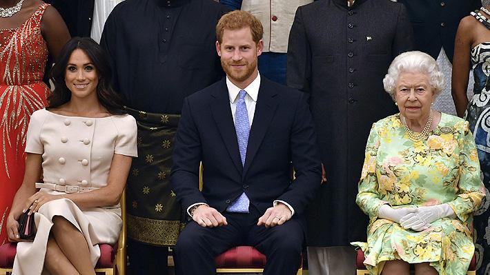 """Reina Isabel II desestima anuncio de Meghan y Harry y asegura que las conversaciones se encuentran en una """"etapa temprana"""""""
