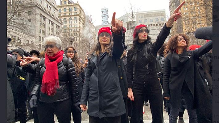 Neoyorquinas interpretan himno feminista de LasTesis frente a tribunal donde se lleva a cabo juicio contra Harvey Weinstein
