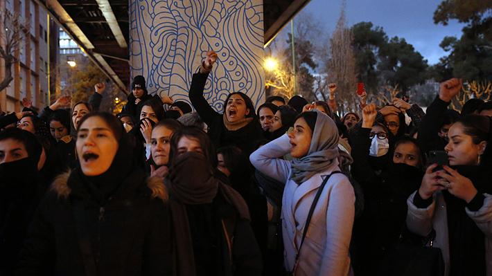 """Irán detiene brevemente a embajador británico y Reino Unido acusa una """"violación flagrante de la legislación internacional"""""""