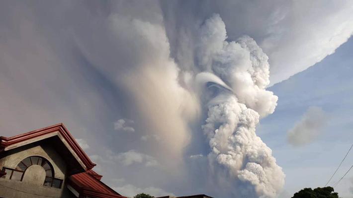 Evacúan a miles de personas por la actividad de un volcán próximo a la capital de Filipinas