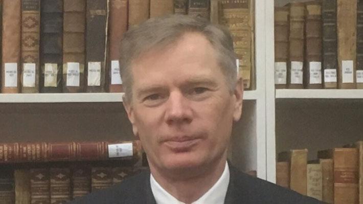 Embajador británico detenido brevemente niega haber participado en protestas en Irán