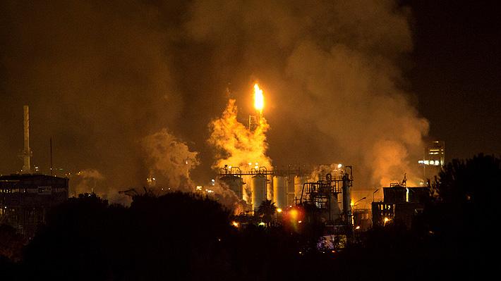 Explosión en fábrica petroquímica genera un gran incendio en el noreste de España