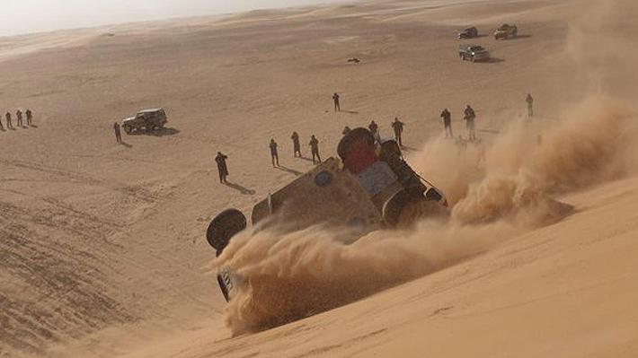 Fernando Alonso sufre espectacular accidente en una duna... Mira la caída del español