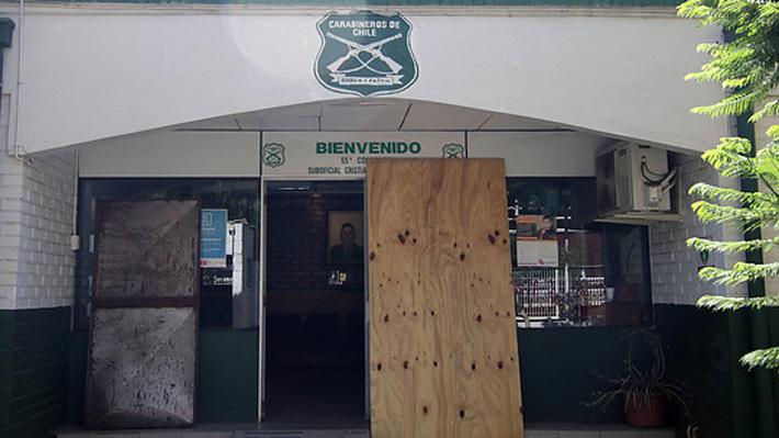 """Alcaldes de Peñalolén y Pudahuel coinciden que hubo """"organización"""" en ataque a comisarías de sus comunas"""