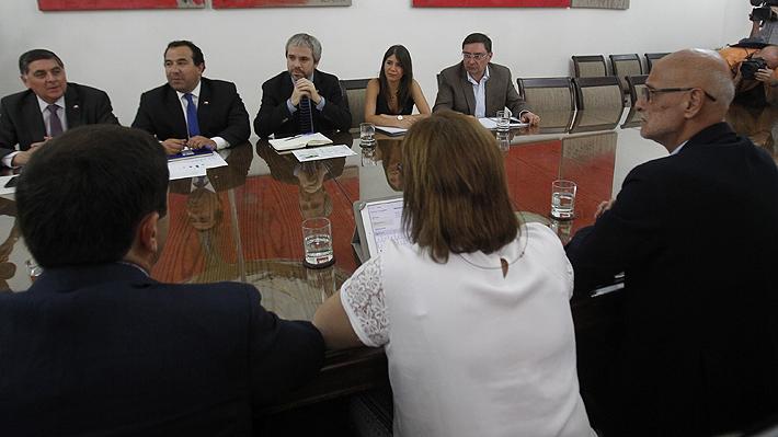 Blumel anuncia mesa multidisciplinaria con alcaldes de comunas afectadas tras ataques a comisarías
