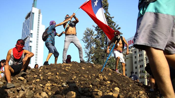 """Estudio británico posiciona a Chile como uno de los países """"más riesgosos"""" tras el estallido social"""