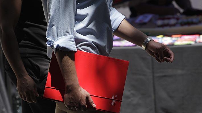 Desempleo en el Gran Santiago sube a 8,8% por impacto de crisis social: Es la cifra más alta en 3 años