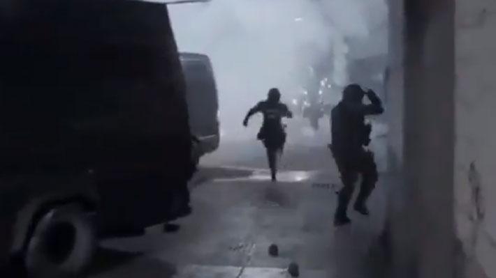 Continúan los hechos de violencia en Antofagasta: Turba atacó furgón de Carabineros lanzando bomba molotov en su interior