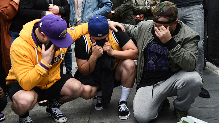 Imágenes: Las multitudinarias muestras de dolor a las afueras del recinto donde juegan los Lakers por la muerte de Kobe Bryant