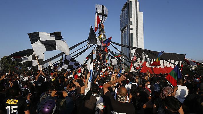 Banderazo por muerte de hincha de Colo Colo marca nueva jornada de manifestaciones en Plaza Italia