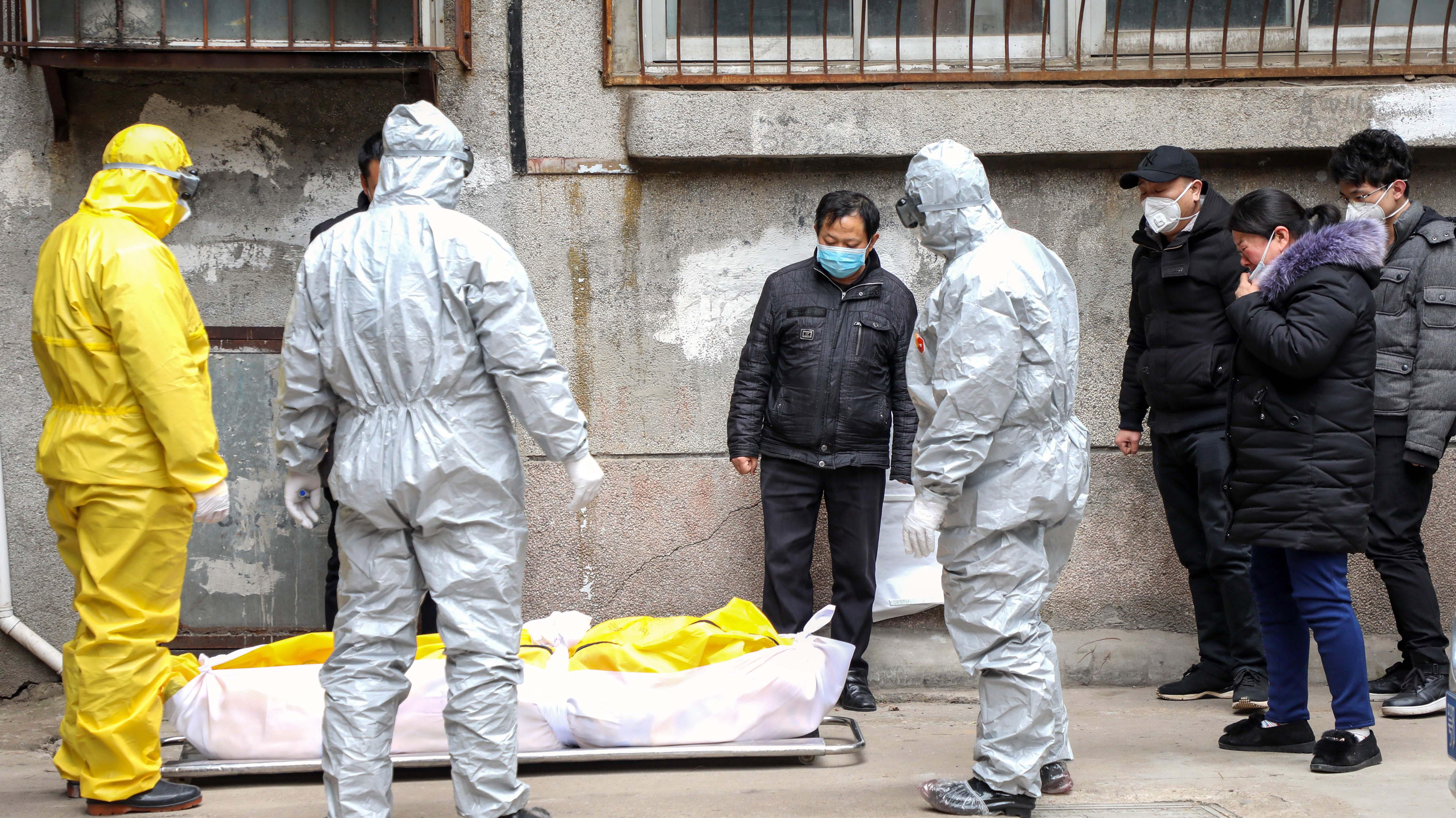 China prohíbe funerales y establece protocolos para los muertos por coronavirus