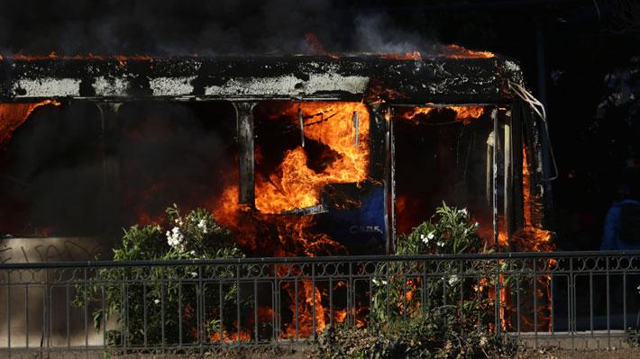 Turba incendia bus de sistema Red en medio de desórdenes cerca de comisaría de Huechuraba