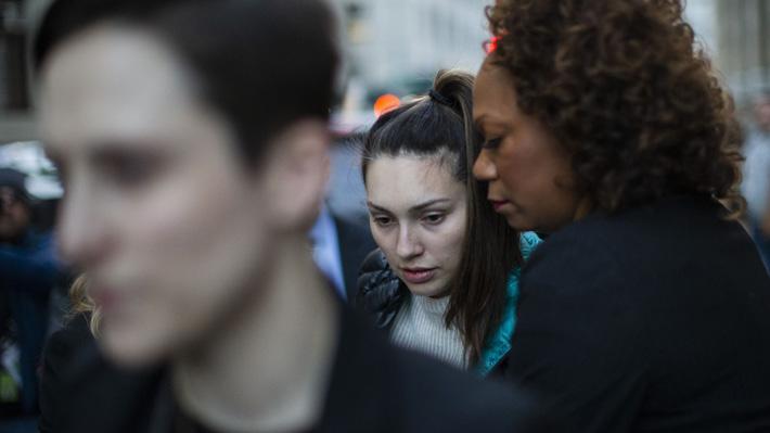Denunciante clave en caso Harvey Weinstein sufre ataque de pánico tras agresivo interrogatorio