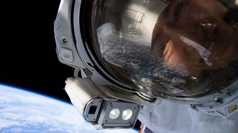 Christina Koch, la astronauta que más tiempo ha pasado fuera de la Tierra se toma selfie en el espacio